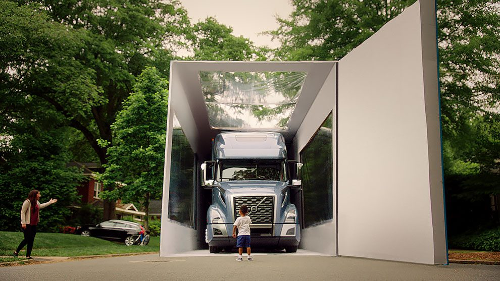 Volvo VNL - The world's largest unboxing